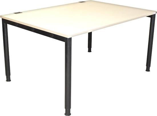 Schreibtisch von König + Neurath, AHORN, 140 x 100 - Sondermaß